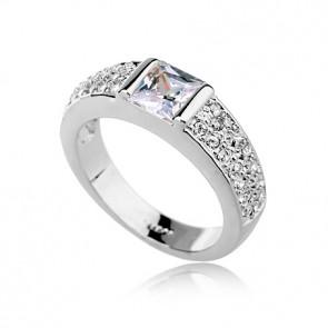 """Дамски пръстен """"Целувка в полунощ"""" с бели австрийски кристали"""