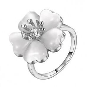 Дамски пръстен с бял опал и платинено покритие.