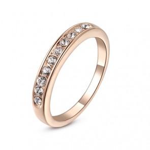 Красив пръстен със златно покритие, покрит с малки австрийски кристали